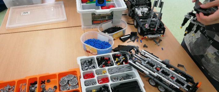 Lego-Roboter-AG arbeitet am LKW