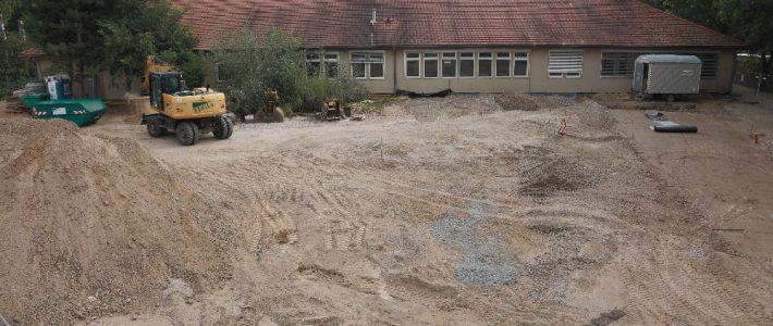 Bauarbeiten auf dem Hof A-B
