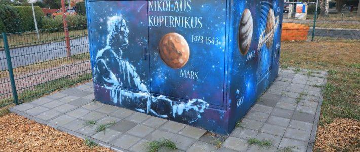 Neues Bild von Kopernikus ist wieder auf der Trafo-Station zu sehen.