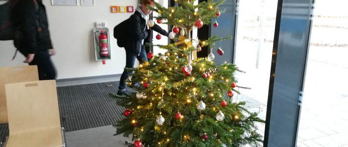 Weihnachtsbaum wird geschmückt.